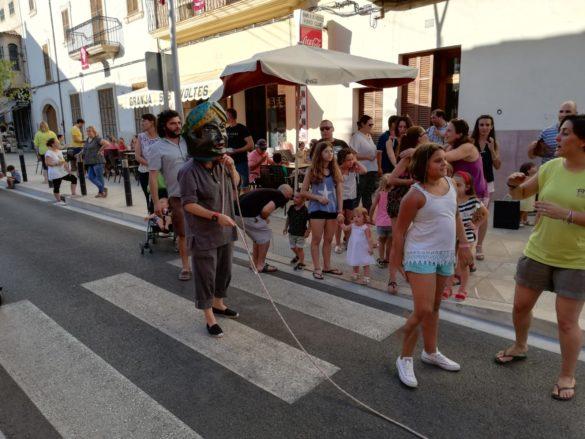 Els caparrots celebren la seva festa amb els nins i nines de Campos